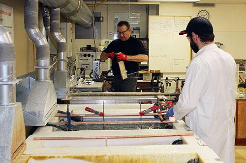 Des employés d'A3 Surfaces au travail - Photo : A3 Surfaces