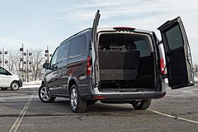 Mercedes-Benz propose un plus petit fourgon, le Metris, disponible aussi en version pour passagers - Photo de MERCEDES-BENZ