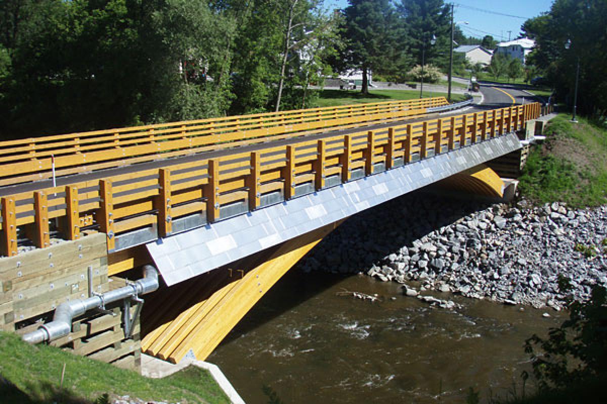 La portée du tablier du pont en bois de Notre-Dame-de-Portneuf est de 36,5 mètre